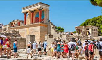 Knossos-Tourists-1280x720