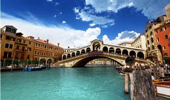 Rialto-bridge-in-Venice-Italy-1400