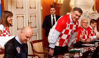 Υπουργικό συμβούλιο με... φανέλες Κροατίας!
