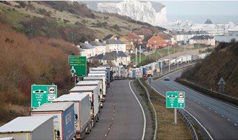 lkw-stauen-sich-an-der-zufahrt-zum-eurotunnel-im-britischen-folkestone-die-wichtige-verbindung-zum-europaeischen-festland-ist-wegen-der-neuen-corona-virusmutation-abgeriegelt-