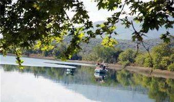 Έργα ανάπλασης περιμετρικά της λίμνης Τριχωνίδας
