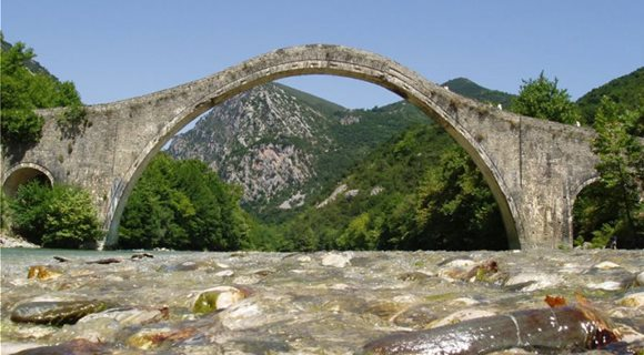Plaka_Bridge_Epirus_Greece-768x565