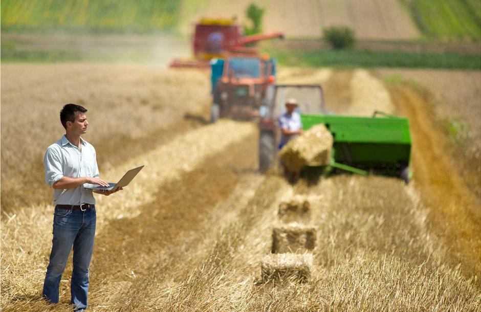 Farmer_with_laptop_in_field_1