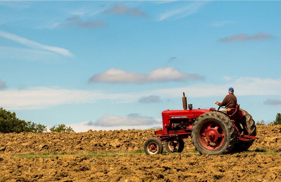 farmer_on_tractor_facing