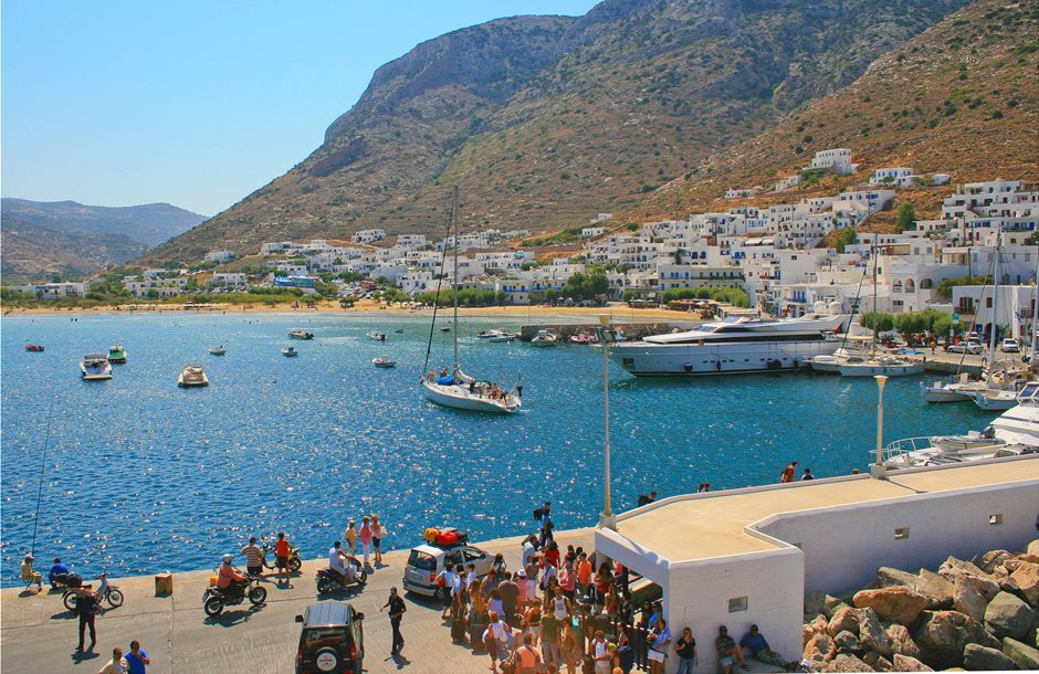 beach-kamares-by-the-port-of-sifnos-in-cyclades